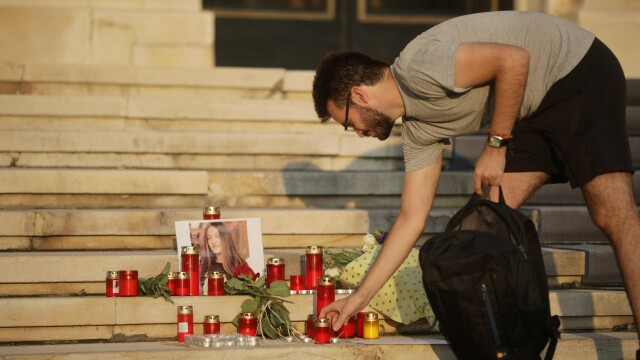 """Protest tăcut la sediul MAI, după cazul Caracal. """"Ați ucis din nou"""". GALERIE FOTO - Imaginea 5"""