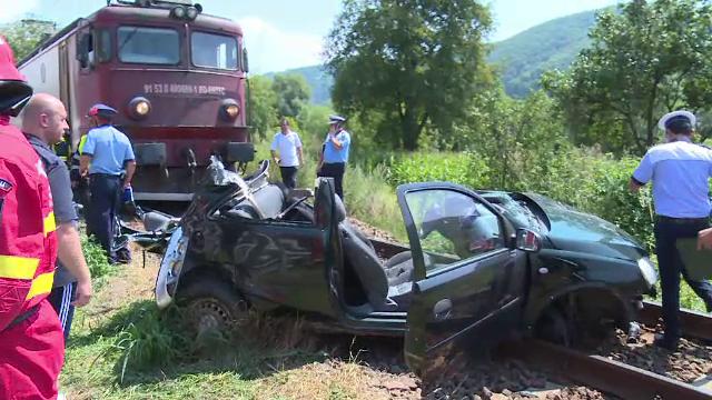 Mașină târâtă de tren, pe o distanță de 200 de metri. Ce s-a întâmplat cu pasagerii