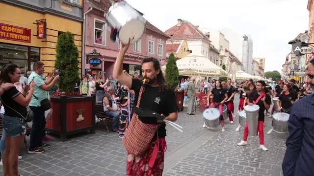 Festival cu muzică, dans și teatru în centrul Brașovului. Reacția unor români din Franța