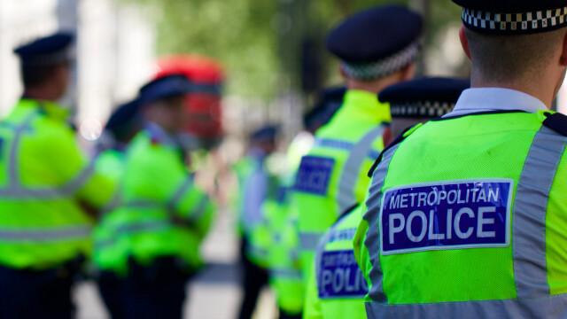 """O femeie beată a atacat 2 polițiste, scuipând cu sânge pe ele, în timp ce încercau s-o ajute: """"Ăsta e coronavirusul vostru"""""""