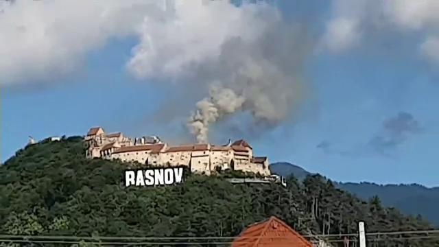 Incendiu de proporții la Cetatea Râșnov. Fumul gros s-a putut observa de la mare distanță