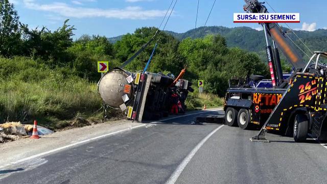 O autospecială cu încărcătură periculoasă s-a răsturnat pe o șosea din județul Caraș-Severin
