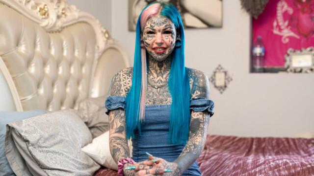 """Câți bani a cheltuit """"fata dragon"""". Și-a făcut peste 600 de tatuaje - Imaginea 2"""