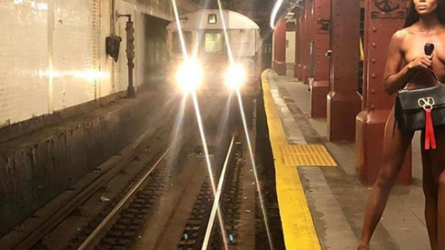 Naomi Campbell, ședință foto nud la metroul din New York. GALERIE FOTO - Imaginea 2