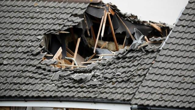 Momentul terifiant în care o macara se prăbușește pe mai multe case. O persoană a murit și alte 4 au fost rănite. VIDEO - Imaginea 3