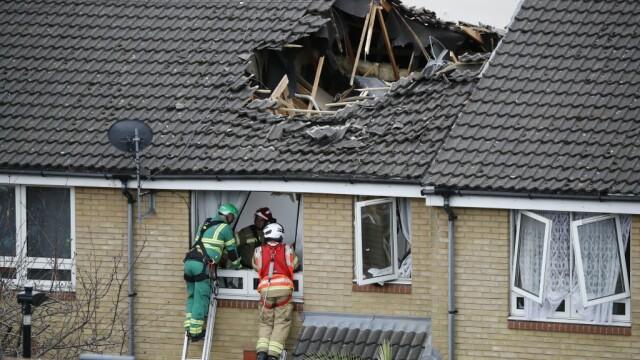 Momentul terifiant în care o macara se prăbușește pe mai multe case. O persoană a murit și alte 4 au fost rănite. VIDEO - Imaginea 4