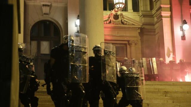 VIDEO. Incidente violente la Belgrad. Oamenii au ieșit în stradă pentru a patra seară la rând - Imaginea 8