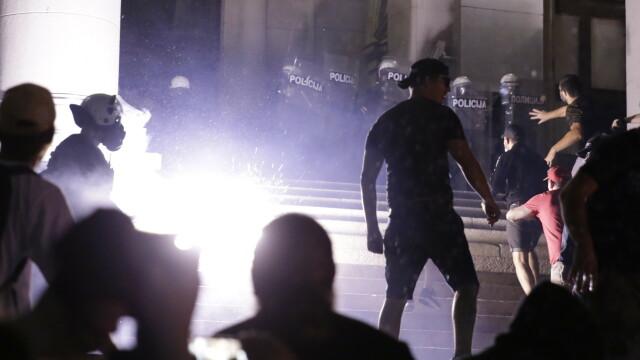 VIDEO. Incidente violente la Belgrad. Oamenii au ieșit în stradă pentru a patra seară la rând - Imaginea 7