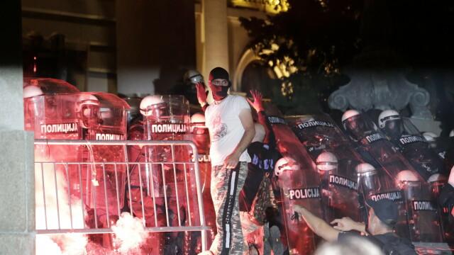 VIDEO. Incidente violente la Belgrad. Oamenii au ieșit în stradă pentru a patra seară la rând - Imaginea 4