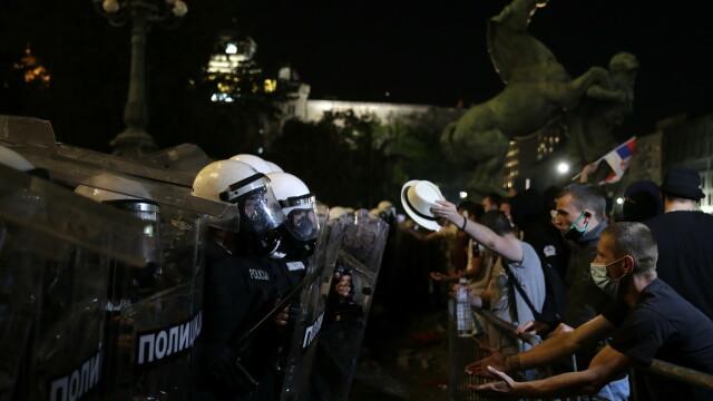 VIDEO. Incidente violente la Belgrad. Oamenii au ieșit în stradă pentru a patra seară la rând - Imaginea 2