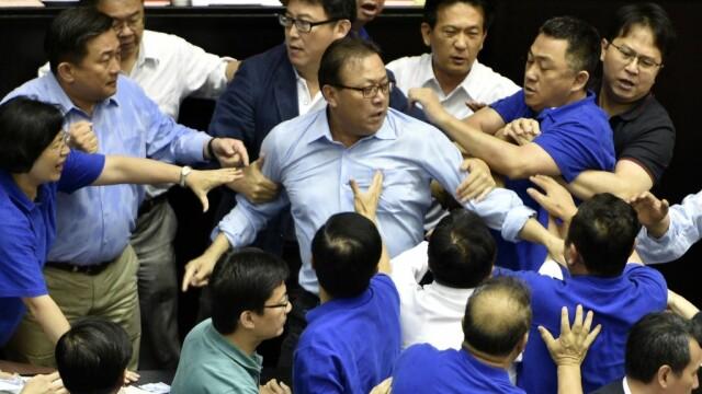 Lupte de senzație între membrii Parlamentului din Taiwan. Au împărțit pumni și au aruncat cu baloane cu apă. VIDEO - Imaginea 2