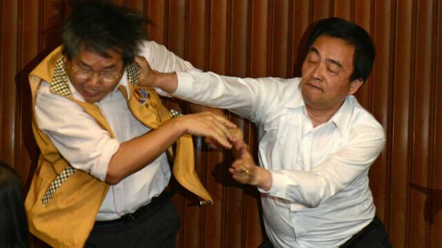 Lupte de senzație între membrii Parlamentului din Taiwan. Au împărțit pumni și au aruncat cu baloane cu apă. VIDEO - Imaginea 3