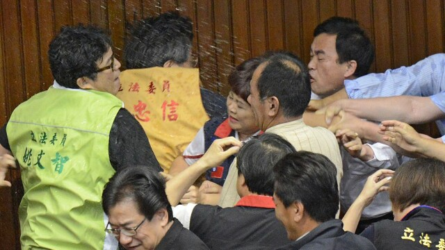 Lupte de senzație între membrii Parlamentului din Taiwan. Au împărțit pumni și au aruncat cu baloane cu apă. VIDEO - Imaginea 4