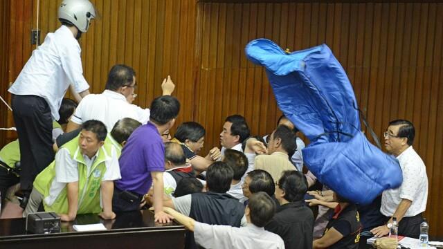 Lupte de senzație între membrii Parlamentului din Taiwan. Au împărțit pumni și au aruncat cu baloane cu apă. VIDEO - Imaginea 5