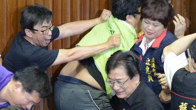 Lupte de senzație între membrii Parlamentului din Taiwan. Au împărțit pumni și au aruncat cu baloane cu apă. VIDEO - Imaginea 6