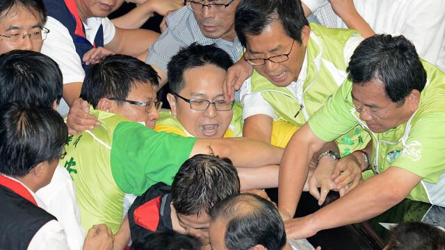 Lupte de senzație între membrii Parlamentului din Taiwan. Au împărțit pumni și au aruncat cu baloane cu apă. VIDEO - Imaginea 7