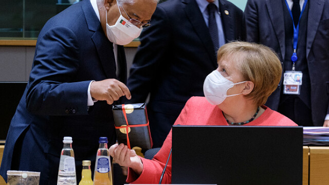 Summit UE la Bruxelles. Distanțare socială, măști sanitare personalizate și saluturi inedite - Imaginea 9