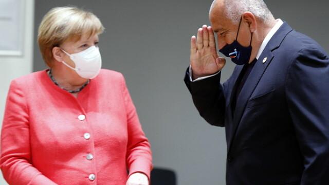 Summit UE la Bruxelles. Distanțare socială, măști sanitare personalizate și saluturi inedite - Imaginea 12