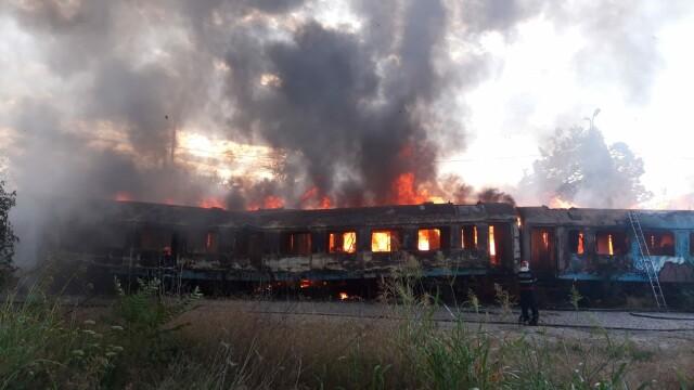 Incendiu puternic la mai multe vagoane de tren, în zona Calea Giuleşti din Bucureşti. Intervin zeci de pompieri - Imaginea 1