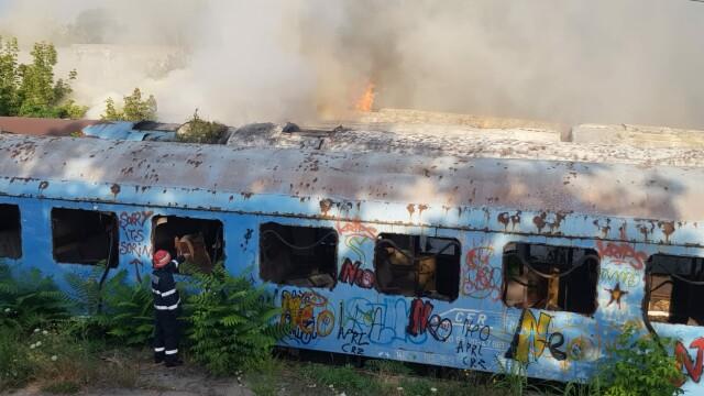 Incendiu puternic la mai multe vagoane de tren, în zona Calea Giuleşti din Bucureşti. Intervin zeci de pompieri - Imaginea 2