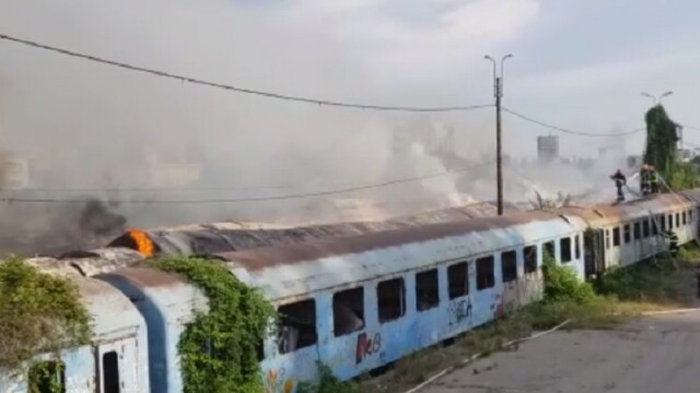 Incendiu puternic la mai multe vagoane de tren, în zona Calea Giuleşti din Bucureşti. Intervin zeci de pompieri - Imaginea 3