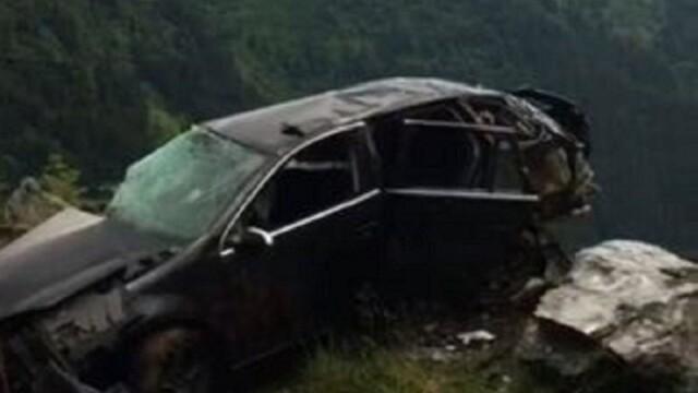 Accident pe Transfăgărășan: Un mort și doi răniți, după ce o mașină s-a răsturnat și s-a izbit de o stâncă - Imaginea 3