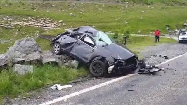 Accident pe Transfăgărășan: Un mort și doi răniți, după ce o mașină s-a răsturnat și s-a izbit de o stâncă - Imaginea 1
