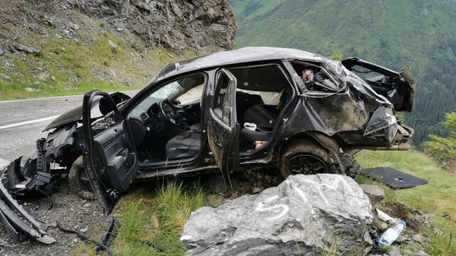 Accident pe Transfăgărășan: Un mort și doi răniți, după ce o mașină s-a răsturnat și s-a izbit de o stâncă - Imaginea 2