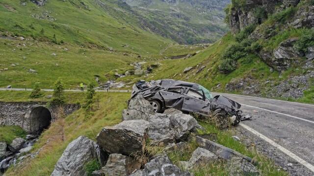 Accident pe Transfăgărășan: Un mort și doi răniți, după ce o mașină s-a răsturnat și s-a izbit de o stâncă - Imaginea 4