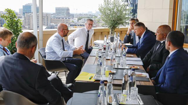Iohannis, fotografiat fără mască la summit-ul UE. Explicațiile Administrației Prezidențiale - Imaginea 4
