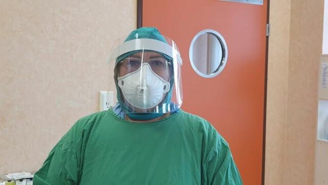 Imagini greu de privit cu medicii care poartă combinezoane anti Covid-19. Cum arată mâinile lor - Imaginea 6