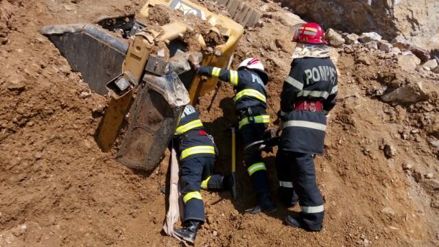 Doi muncitori, prinși sub dărâmături, după ce peretele unei cariere s-a prăbușit peste ei. Unul nu a supraviețuit. VIDEO - Imaginea 1