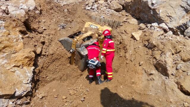 Doi muncitori, prinși sub dărâmături, după ce peretele unei cariere s-a prăbușit peste ei. Unul nu a supraviețuit. VIDEO - Imaginea 2