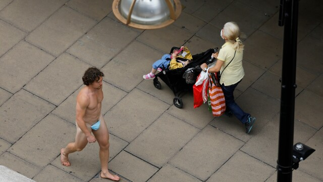 GALERIE FOTO. Cum a apărut un bărbat pe una din cele mai aglomerate străzi din Londra - Imaginea 2