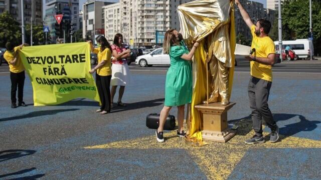 O statuie vivantă cu Florin Cîțu, dezvelită în Piața Victoriei, în cadrul unui protest Greenpeace. GALERIE FOTO - Imaginea 1