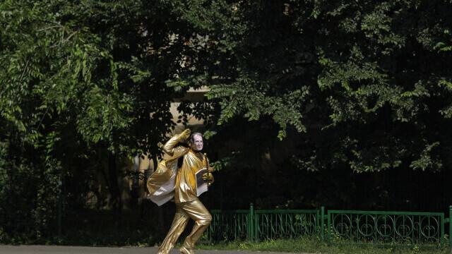 O statuie vivantă cu Florin Cîțu, dezvelită în Piața Victoriei, în cadrul unui protest Greenpeace. GALERIE FOTO - Imaginea 5