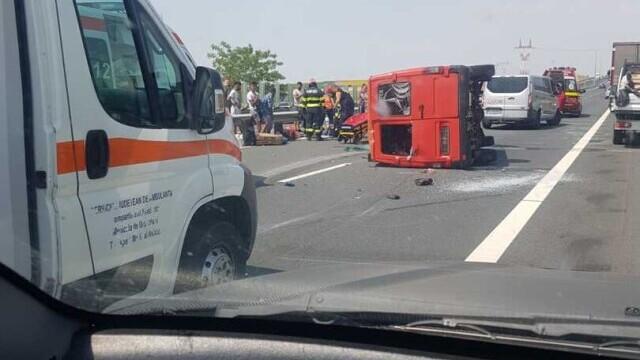 Un microbuz cu nouă persoane s-a răsturnat pe A1. A fost chemat un elicopter SMURD. VIDEO - Imaginea 1