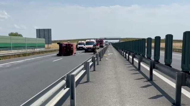 Un microbuz cu nouă persoane s-a răsturnat pe A1. A fost chemat un elicopter SMURD. VIDEO - Imaginea 2