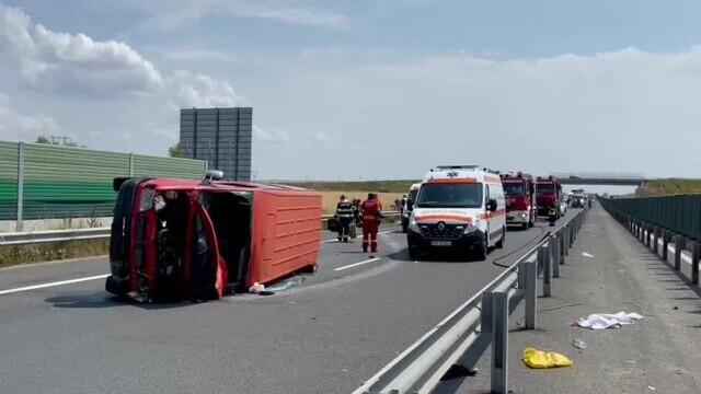 Un microbuz cu nouă persoane s-a răsturnat pe A1. A fost chemat un elicopter SMURD. VIDEO - Imaginea 3