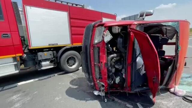 Un microbuz cu nouă persoane s-a răsturnat pe A1. A fost chemat un elicopter SMURD. VIDEO - Imaginea 4