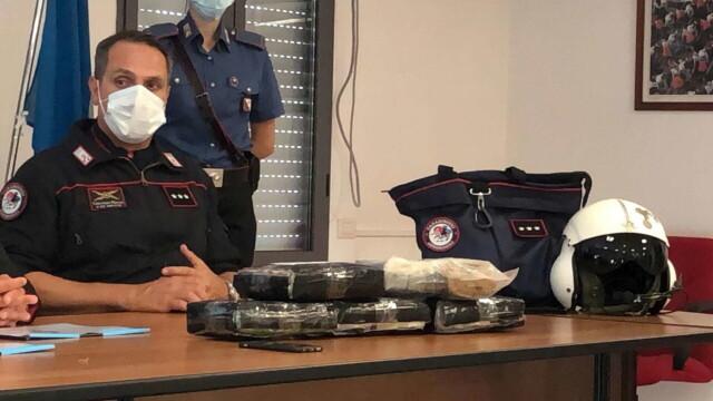 """S-au trezit în casă cu o """"cărămidă"""" de cocaină. Pachetul de 9 mil. euro a fost aruncat din avion - Imaginea 2"""