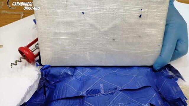 """S-au trezit în casă cu o """"cărămidă"""" de cocaină. Pachetul de 9 mil. euro a fost aruncat din avion - Imaginea 4"""