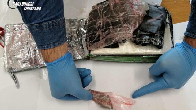 """S-au trezit în casă cu o """"cărămidă"""" de cocaină. Pachetul de 9 mil. euro a fost aruncat din avion - Imaginea 6"""