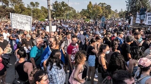 Proteste față de restricțiile anti-Covid, în Cipru. Un post de televiziune a fost atacat. GALERIE FOTO - Imaginea 7