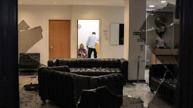 Proteste față de restricțiile anti-Covid, în Cipru. Un post de televiziune a fost atacat. GALERIE FOTO - Imaginea 5
