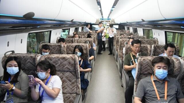 China a prezentat un tren care merge cu 600 km/h VIDEO & FOTO - Imaginea 5