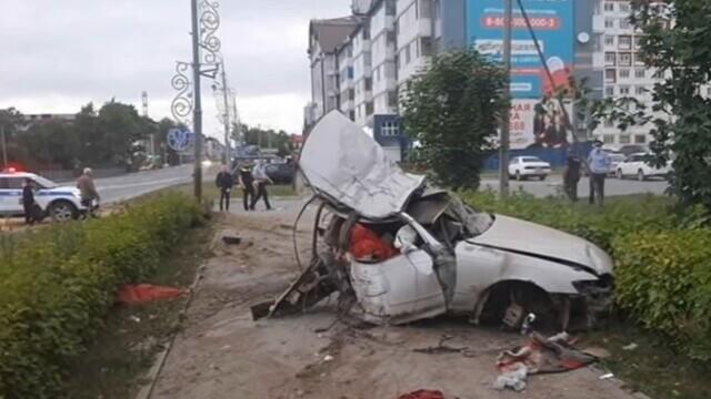 Momentul în care o mașină se rupe în două, după ce a întrat într-un stâlp, în Rusia. VIDEO - Imaginea 1