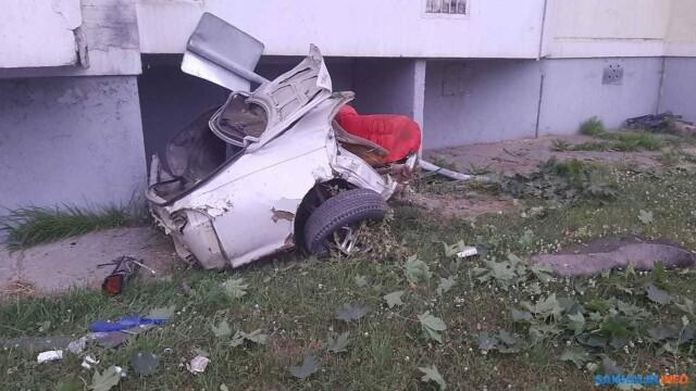 Momentul în care o mașină se rupe în două, după ce a întrat într-un stâlp, în Rusia. VIDEO - Imaginea 3