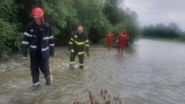 Un bărbat a rămas câteva ore agățat în vegetația unui râu. Câinele a lătrat pentru a-i ajuta pe pompieri să-i găsească - Imaginea 1