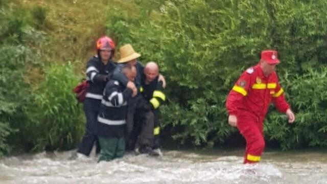 Un bărbat a rămas câteva ore agățat în vegetația unui râu. Câinele a lătrat pentru a-i ajuta pe pompieri să-i găsească - Imaginea 2